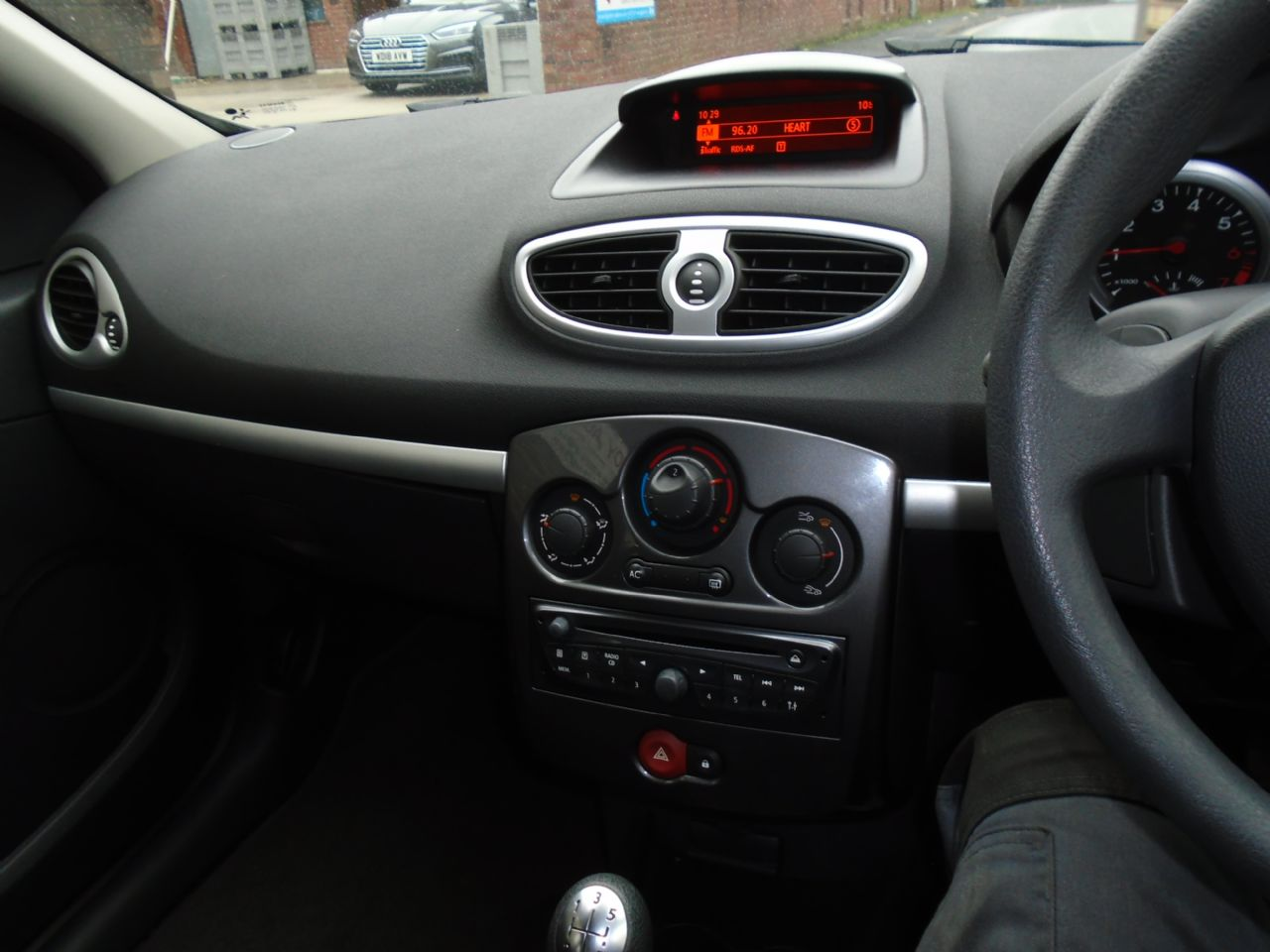 RENAULT Clio Expression 1.2 16V 75 - Picture 4
