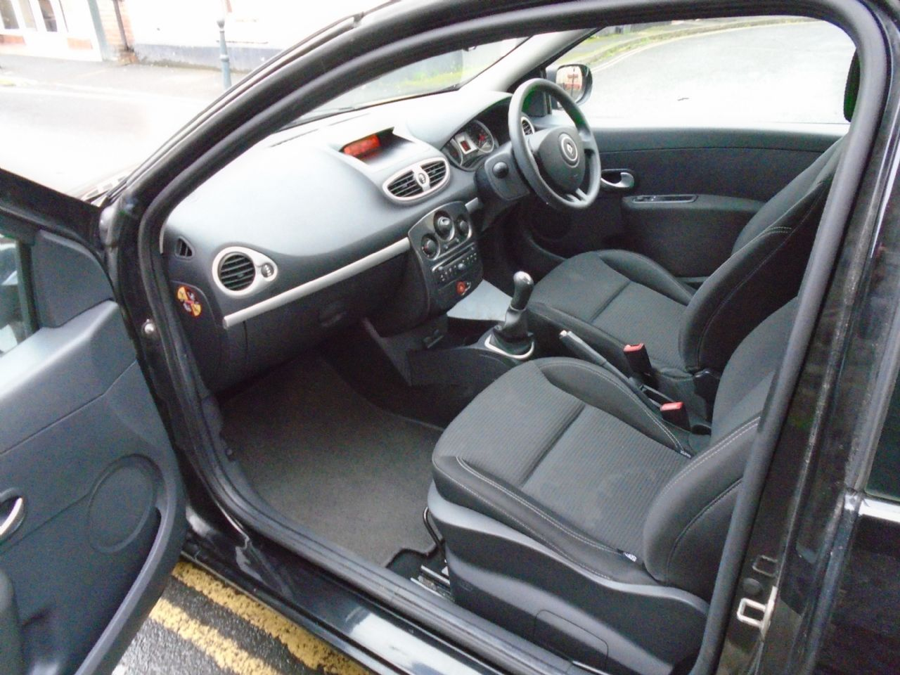 RENAULT Clio Expression 1.2 16V 75 - Picture 6
